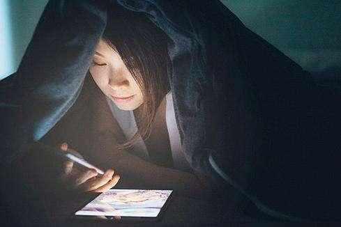 要么检查时间或浪费时间 人们经常在半夜醒来后看看他们的智能手机