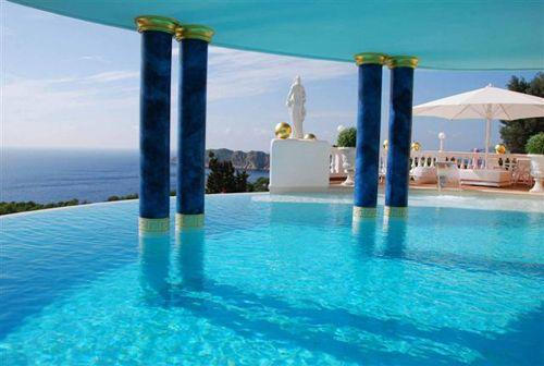 几个豪华城市列表都承诺提供梦幻般的游泳池功能