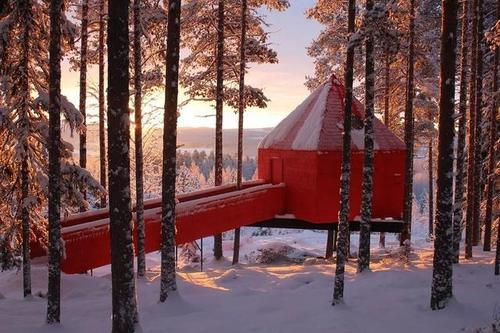 Sandellsandberg酒店的红色木质窗帘环绕着自然保护区入口亭