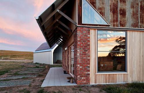 Lovell Burton使用农业材料制作棚屋式澳大利亚房屋