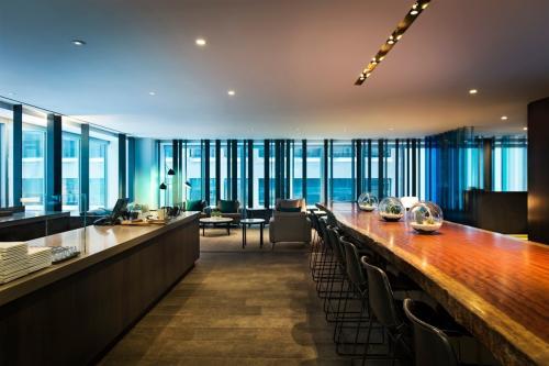 Montalba Architects在温哥华的Equinox健身房中将泥土材料与混凝土和金属配对
