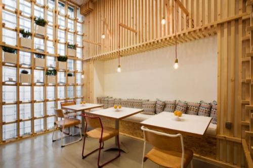 Nimtim Architects的软木墙和粉红色窗框是伦敦房屋延伸的特色