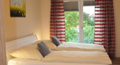 Terrassenhaus Berlin酒店拥有阶梯式混凝土和窗帘