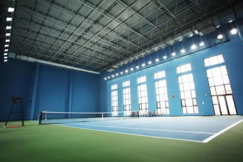 Lewandowski Architects在伊顿公学完成了烧焦的木质网球馆