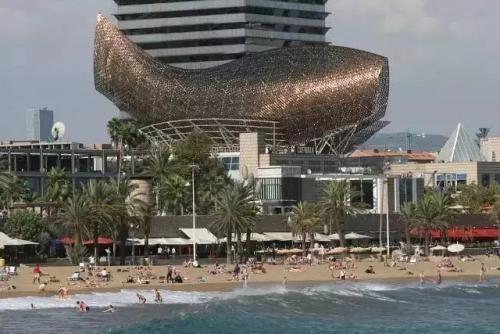 弗兰克·盖里的铝制装饰的Luma Arles塔在法国成形