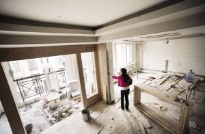 起伏不平的阳台环绕着巴黎岛上的房屋发展