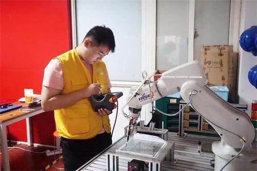 多米诺的比萨饼现在正在使用比萨聊天机器人