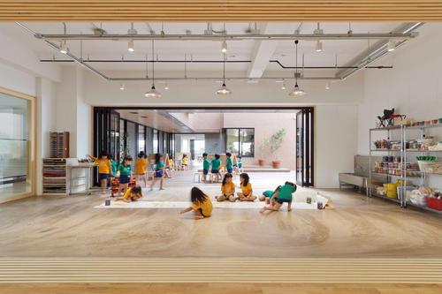 爬墙和秋千促进了Hibinosekkei东京儿童保育中心的娱乐