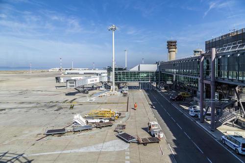 Foster Partners向罗杰斯的马赛机场扩建部分添加缺失部分