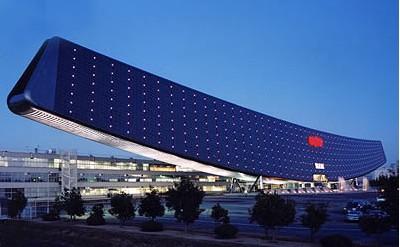 在巴黎附近建成了一座音乐综合大楼其特色是蛋形礼堂和一面太阳能板墙