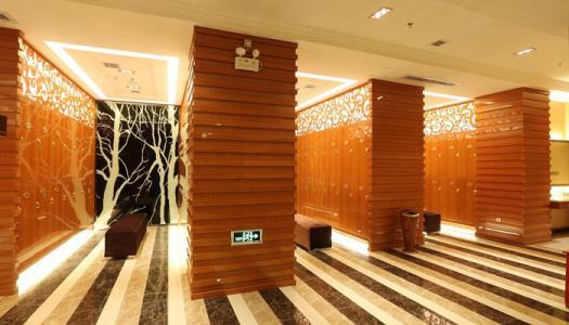 一端设有建筑师KRDS的混凝土凉亭可提供更衣室和水疗设施