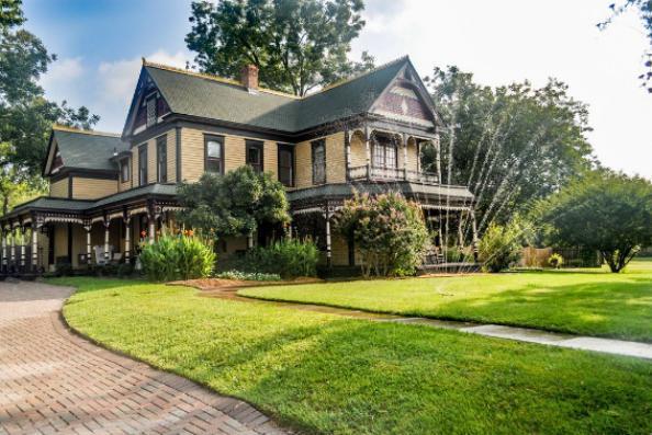 看看这家拥有150年历史的Farmersville房屋的历史魅力
