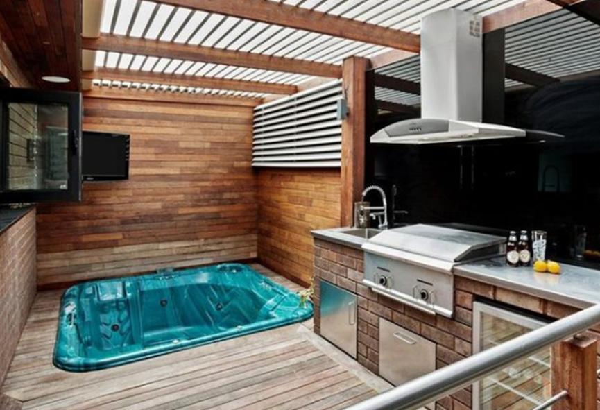 Fawkner的别墅单元设有水疗中心和豪华花洒淋浴