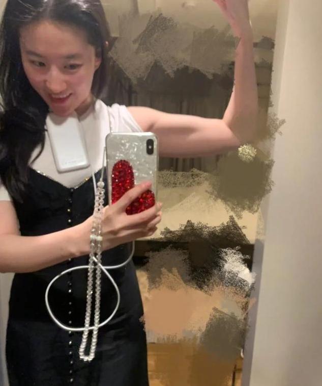 刘亦菲晒马甲线,紧身衣秀腹肌,微胖的神仙姐姐瘦回来啦!