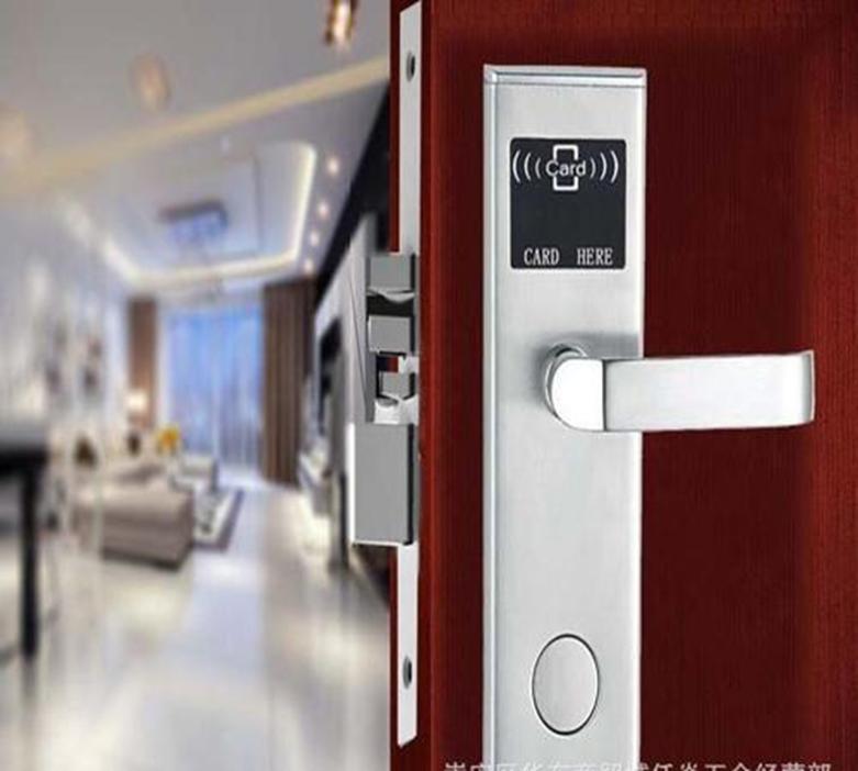 旅馆的门锁很容易被假的万能钥匙入侵