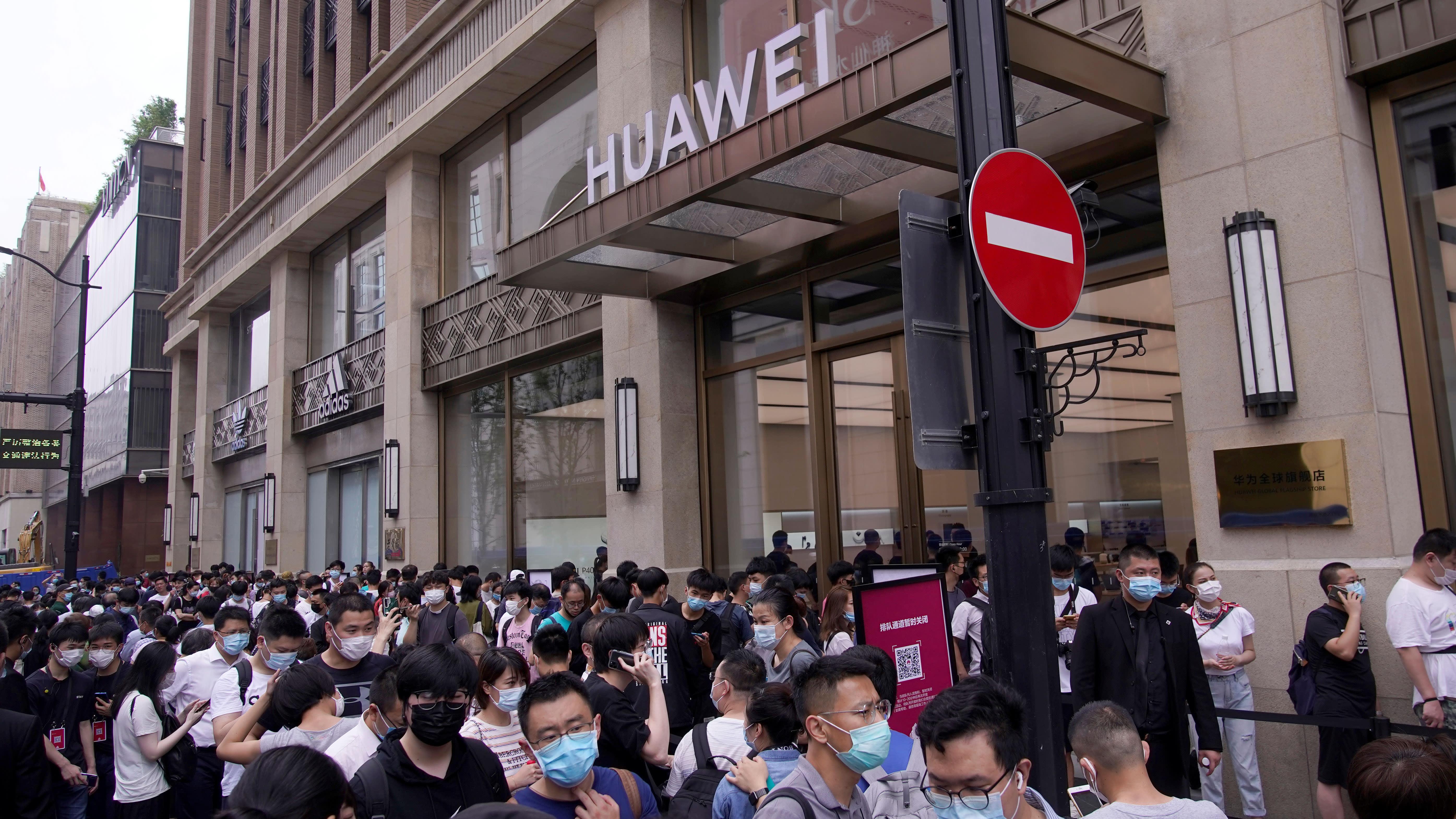 华为在上海开设新旗舰店挑战苹果