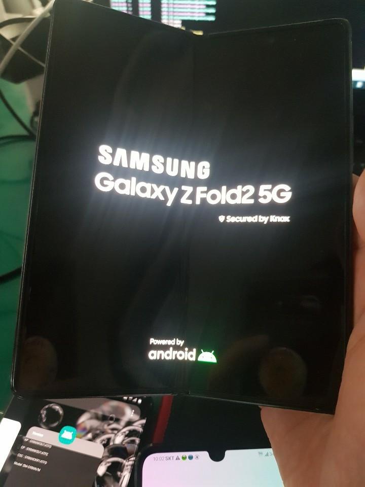 三星Galaxy Z Fold 2真实图像似乎揭示了打孔显示