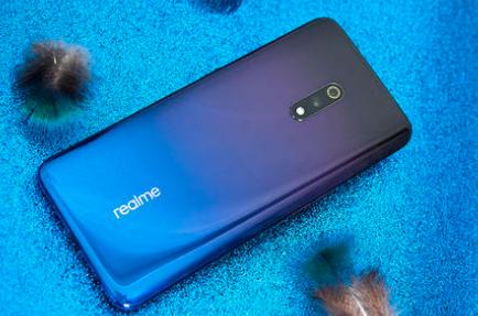 Realme带有屏幕前置摄像头手机
