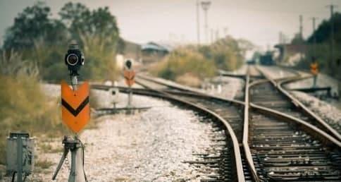 """互联网信息:铁路也有""""红绿灯"""" 绿色信号灯表示这段轨道"""