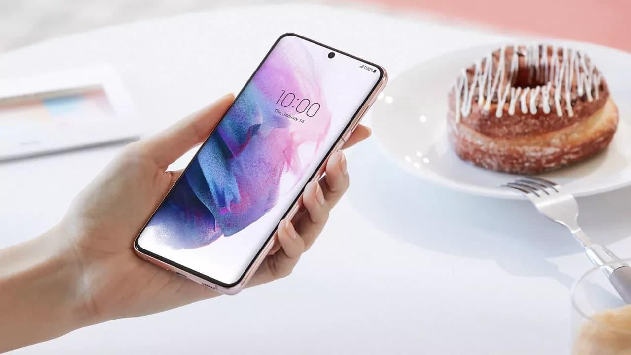 三星 Galaxy S22 比 iPhone 13 更小、更薄、更轻